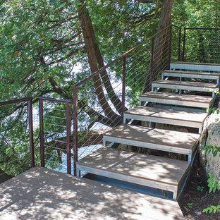 Idee per una grande scala a rampa dritta chic con pedata in metallo e alzata in legno