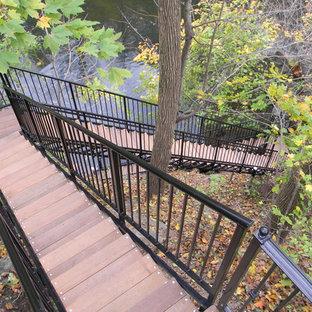 Diseño de escalera en L, clásica, grande, con escalones de metal y contrahuellas de madera
