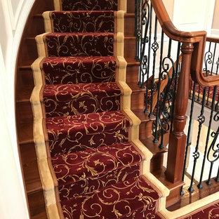 Diseño de escalera curva, clásica renovada, grande, con escalones de madera, contrahuellas de madera y barandilla de varios materiales