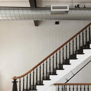Ejemplo de escalera recta, industrial, de tamaño medio, con barandilla de madera, escalones de madera pintada y contrahuellas de madera pintada