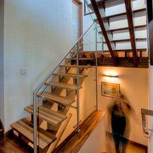 Modelo de escalera suspendida, moderna, sin contrahuella, con escalones de madera y barandilla de metal