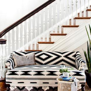 Ejemplo de escalera mediterránea con escalones de madera, contrahuellas de madera y barandilla de madera