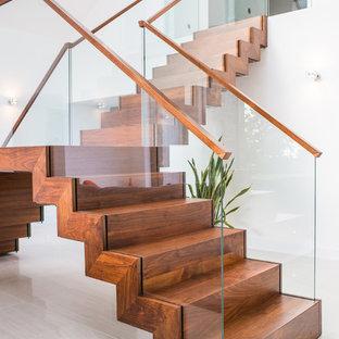 Ejemplo de escalera suspendida, moderna, de tamaño medio, con escalones de madera y contrahuellas de madera