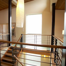 Contemporary Staircase by H2K design Inc.