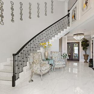 Foto de escalera curva, marinera, con escalones con baldosas y contrahuellas con baldosas y/o azulejos