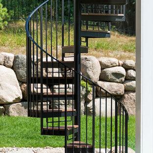 Новые идеи обустройства дома: винтовая лестница среднего размера в морском стиле с металлическими подступенками и металлическими перилами