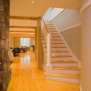 ポートランド(メイン)のカントリー風おしゃれな階段の写真