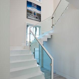 Ejemplo de escalera en L, moderna, grande, con escalones de hormigón y contrahuellas de hormigón