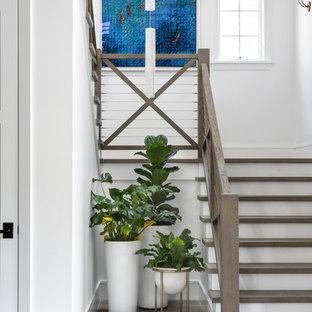 Пример оригинального дизайна: п-образная лестница среднего размера в морском стиле с деревянными ступенями, крашенными деревянными подступенками и перилами из тросов