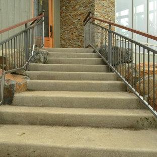 ポートランドの中サイズのビーチスタイルのおしゃれな階段の写真