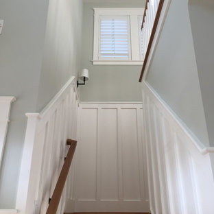 Новые идеи обустройства дома: маленькая угловая лестница в морском стиле
