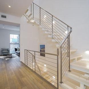 Modelo de escalera en L, contemporánea, de tamaño medio, sin contrahuella, con escalones de vidrio y barandilla de metal