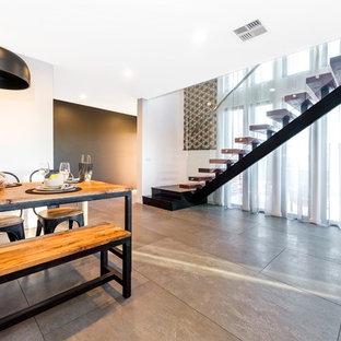 Пример оригинального дизайна: большая лестница на больцах в современном стиле с деревянными ступенями и металлическими подступенками