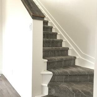 Diseño de escalera en L, nórdica, con escalones enmoquetados y contrahuellas enmoquetadas