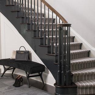 Idées déco pour un grand escalier courbe classique avec un garde-corps en bois, des marches en bois et des contremarches en bois.