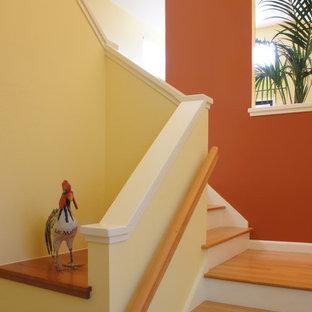 Ejemplo de escalera en L, bohemia, de tamaño medio, con escalones de madera y contrahuellas de madera pintada