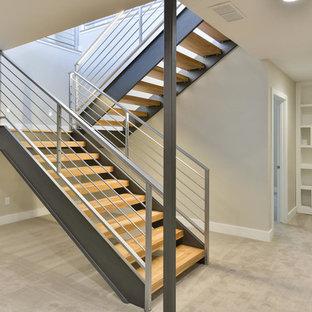 Imagen de escalera en L, contemporánea, de tamaño medio, sin contrahuella, con escalones de madera y barandilla de metal