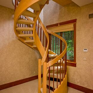 Ejemplo de escalera curva, rústica, pequeña, sin contrahuella, con escalones enmoquetados