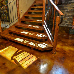 "Esempio di una scala a ""U"" stile rurale di medie dimensioni con pedata in legno e nessuna alzata"
