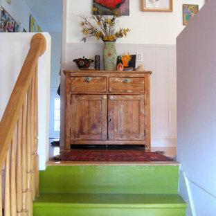 バーリントンのフローリングのエクレクティックスタイルのおしゃれな階段 (フローリングの蹴込み板) の写真