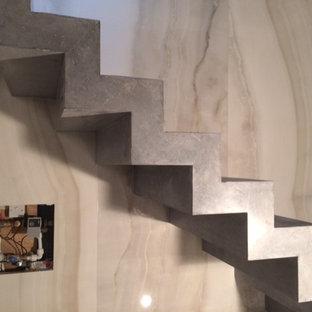 Ejemplo de escalera moderna, pequeña, con escalones de hormigón y contrahuellas de hormigón