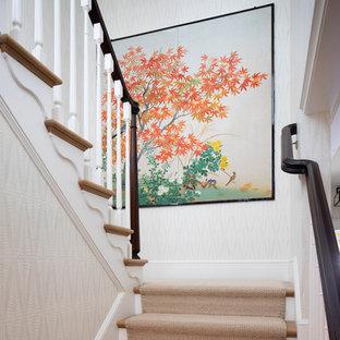 Modelo de escalera en U, clásica, grande, con escalones enmoquetados, contrahuellas enmoquetadas y barandilla de madera