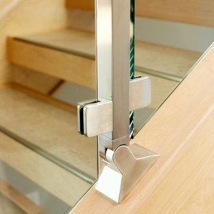 エドモントンのタイルのモダンスタイルのおしゃれな階段 (混合材の手すり) の写真
