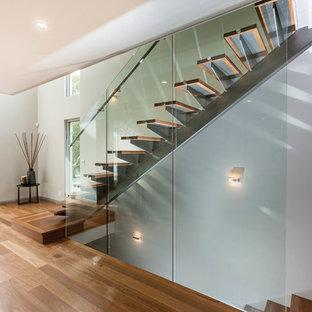 パースの中くらいの木のコンテンポラリースタイルのおしゃれな直階段 (ガラスの蹴込み板、ガラスの手すり) の写真