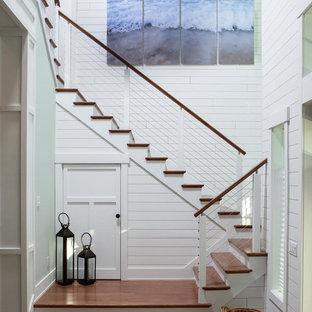 Выдающиеся фото от архитекторов и дизайнеров интерьера: большая п-образная лестница в морском стиле с деревянными ступенями, крашенными деревянными подступенками и перилами из тросов