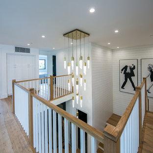 Foto de escalera en L, campestre, de tamaño medio, con escalones de madera, contrahuellas de madera y barandilla de madera