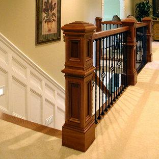 Inspiration för stora klassiska trappor, med heltäckningsmatta, sättsteg med heltäckningsmatta och räcke i flera material