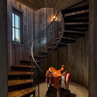 オースティンの木のラスティックスタイルのおしゃれな階段の写真