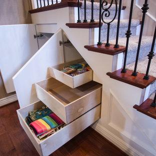 Idéer för en mellanstor klassisk u-trappa, med heltäckningsmatta, sättsteg med heltäckningsmatta och räcke i flera material