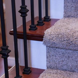 Diseño de escalera en U, clásica, de tamaño medio, con escalones enmoquetados, contrahuellas enmoquetadas y barandilla de varios materiales