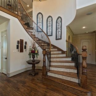 Imagen de escalera curva, clásica, extra grande, con escalones de madera y contrahuellas con baldosas y/o azulejos