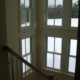Diseño de escalera en L, campestre, grande, con escalones de madera y contrahuellas de madera pintada