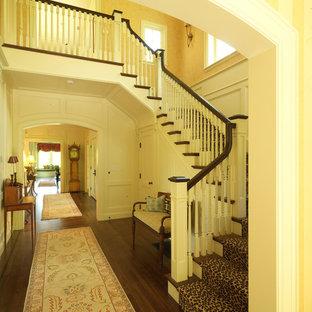 Foto de escalera en U, tradicional, grande, con escalones de madera y contrahuellas de madera pintada