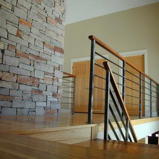 ミルウォーキーのモダンスタイルのおしゃれな階段の写真