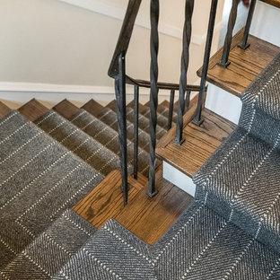 Ejemplo de escalera recta, contemporánea, de tamaño medio, con escalones de madera, contrahuellas enmoquetadas y barandilla de metal