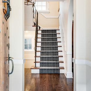 Réalisation d'un escalier droit tradition avec des marches en bois, des contremarches en moquette et un garde-corps en métal.