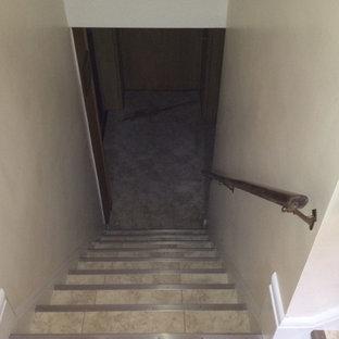 Diseño de escalera en L, tradicional renovada, de tamaño medio, con escalones con baldosas y contrahuellas con baldosas y/o azulejos
