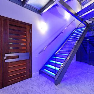 Foto på en stor funkis flytande trappa i metall, med sättsteg i glas