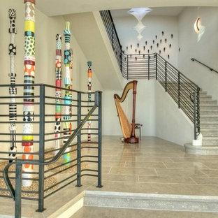 Modelo de escalera en L, contemporánea, grande, con escalones con baldosas y contrahuellas de hormigón
