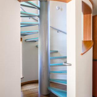 Diseño de escalera de caracol, de estilo americano, de tamaño medio, sin contrahuella, con escalones de vidrio y barandilla de metal
