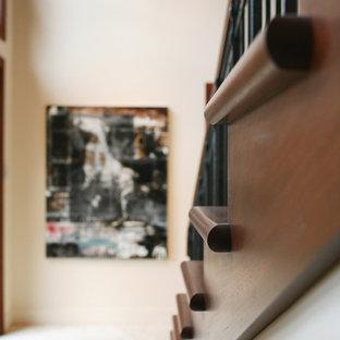 Imagen de escalera en L, de estilo americano, grande, con escalones con baldosas y contrahuellas con baldosas y/o azulejos