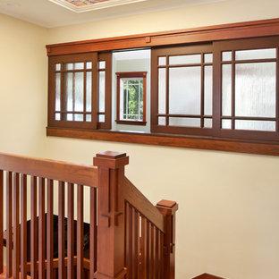 """Foto di una scala a """"U"""" american style di medie dimensioni con pedata in legno e parapetto in legno"""