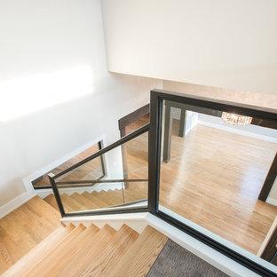 Foto de escalera en L, clásica renovada, grande, con escalones de madera y contrahuellas con baldosas y/o azulejos