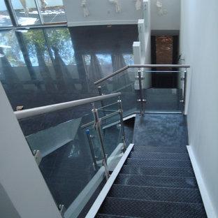 Modelo de escalera en L, actual, pequeña, con barandilla de vidrio y escalones de acrílico