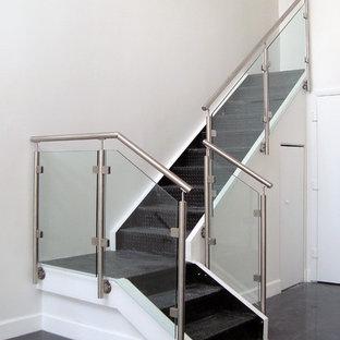 Modelo de escalera en L, contemporánea, pequeña, con barandilla de vidrio y escalones de acrílico