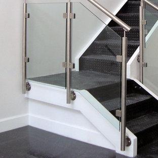 Foto de escalera en L, contemporánea, pequeña, con barandilla de vidrio y escalones de acrílico